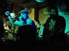 """Dňa 20.02 2010 Rock Fabric v Poprade navštívila jedinečná kapela Polemic. Chalani z Polemic-u nasadili latku veľmi vysoko hneď po prvom songu. Skvelé pesničky dopĺňalo publikum, ktoré sa vyskákalo, utancovalo a vyspievalo. Bola radosť pozerať a počúvať, čo všetko vyvádzali chalani z Polemicu. Doslova roztancovali celý RockFabric a ich hudba oslovila každého od násťročných po zrelý vek. Už dlho som sa tak nezabavil pri fotení a už dlho som nezažil, aby sa kyslík tak rýchlo vytratil z miestnosti. Obdivoval som """"kondičku"""" na pódiu, ako aj pod ním .Tí, ktorí zmeškali tento koncert, prišli o veľa. A tí, ktorí na ňom boli, vedia prečo to vravím. Ale """"omeškanci"""" nezúfajte, prinášam Vám aspoň fotografiami bližší pohľad na Polemic pod Tatrami."""