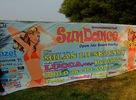 Sun Dance open air beach party:  16:00   Folly 17:00   Paul G 18:00   Stan 19:00   Folly 20:00   Trix 21:00   Beat 22:00   Bidlo aka Dj Aqua 00:00   Milan Lieskovsky 02:00   Lucca 04:00   Peetboy  Tak konečne sa niekto rozhodol spraviť poriadnu párty aj u nás na východe. 2.8.2008 sa na Domaši r.o. Dobrá konala akcia s názvom Sun Dance. Celé sa to začalo o 16:00 za krásneho počasia, ale nám sa podarilo doraziť na miesto konania až po piatej hodine. Ako sa ukázalo, o nič sme neprišli lebo podľa programu hral Folly ešte aj o 19:00... Areál bol pripravený, aj keď sľubované palmy som tam nevidel, ale vôbec nechýbali...Na začiatku to domáci DJs  Paul G, Stan a Folly nemali veľmi ľahké, lebo ludí nebolo -  aspoň sme si stihli dať nejaké to pivko a niečo pod zub. Ale s príchodom večera prišli aj ľudia a začali sa hýbať aj pred pódiom, kde bola piesková plocha. To už hral legenda košickej klubovej scény Trix. Počas jeho setu sa areál akoby zázrakom naplnil a ked hral ďalší domáci Vranovčan Beat, tak nebolo pochýb, že akcia sa vydarila... O desiatej večer vystúpil so svojim setom Bidlo alias Dj Aqua, známy tiež z rádia FM. Aj napriek malému výpadku prúdu na pódiu dokázal všetkých tancachtivých dostať do varu. S príchodom polnoci prišiel aj jeden z hlavných ťahákov večera a podľa mnohých aj vrchol celej párty Milan Lieskovsky, v súčasnosti považovaný za jedného z najlepších slovenských DJov. A Milan nám všetkým dokázal, že prívlastok najlepší nezískal náhodou. Už teraz sa tešim na jeho set v Sobotu 9.8.08 ráno o druhej v Prešovskom klube Insomnia. Asi o druhej hodine rannej vyšla na pódium česká DJka Lucca, ktorú poznajú priaznivci tanečnej hudby na celom svete. Nemôžem si pomôcť, ale aj napriek tomu, že hrala perfektne, čakal som, že žena za mixom si to bude viac uživať. Že bude viac komunikovať s davom… Ale ináč si svoju úlohu headlinerky splnila na výbornu. Na záver celej párty  sa ešte predstavil Dj Peetboy, ktorý hrával aj v známom klube Arzenal. A musím sa priznať, že pr