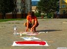 Od nedeľe 19.aug 2007 predchádzaju workshopy s rôznymi témami. Začalo sa workshopom 3 FORMAT pod vedením známeho slovenského maliara Kamila Kozuba. V priebehu týždňa prebiehali ďaľšie workshopy, ktorých výsledkom boli aj pomaľované miesta pre vylepovanie plagátov, alebo v Materskom centre Maják, deťmi pomaľované steny a plot. Zaujimavosťou určite bol aj workshop Bogdana Kiwaka (PL), ktorý sa špecializuje na fotografickú techniku kamera obscura. Mňo :o) A je podvečer festivalu URBAN CLASH ... ( photo by mark / rauman / bogdan kiwak )